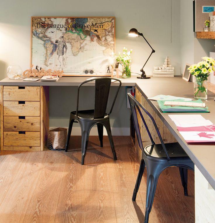 Escritorio con books de madera como patas sillas tolix y - Patas para armarios ...