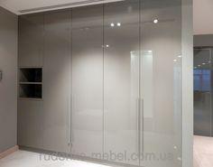 Встроенный распашной шкаф в прихожей, МДФ покраска - серый глянец, с открытой нишей и длинными ручками, фото 1