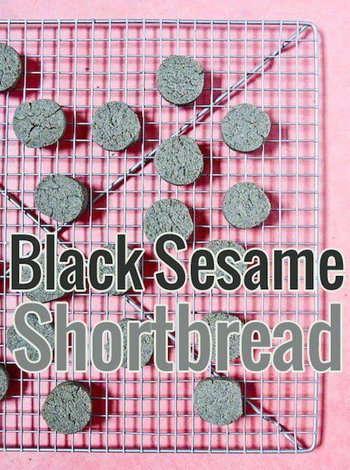 Des sablés au sésame noir simples et délicieux. Le parfait usage pour cette purée de sésame noir qui traîne dans votre placard !