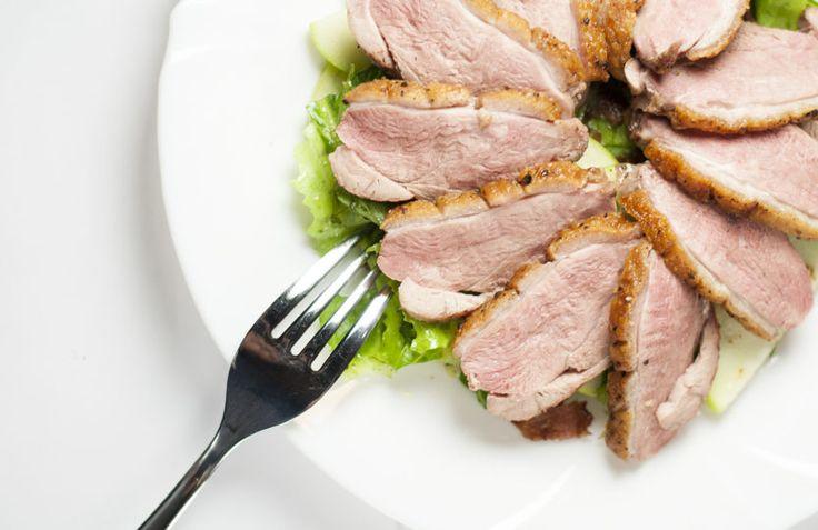 Сытный зеленый салат с утиной грудкой | Как есть
