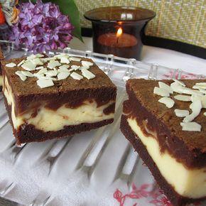 Vízgőz felett felolvasztjuk a darabokra tört csokoládét a margarinnal. Ha egybe olvadtak, a tűzről levesszük és hűlni hagyjuk.  Közben elkészítjük a mascarponés krémet: a mascarponét a cukorral, a két egész tojással és a vanília aromával jól kikeverjük.  A már kihűlt(!) margarinos csokoládéba belekeverjük a 20 dkg cukrot és a négy  egész tojást, majd beleszitáljuk a sóval elkevert lisztet és szép simára keverjük.  A csokis massza kb. kétharmad részét sütőpapírral bélelt tepsibe öntjük. Szép…