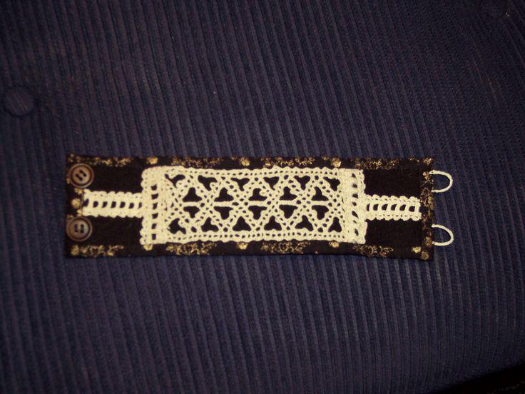 Armband med knypplad spets på kläde