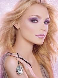 Los ojos se vuelven faros y un color púrpura los hace misteriosos; ideal para una noche mágica como la de fin de año #ojos #belleza #estética #pepa #viñas #peluquerías