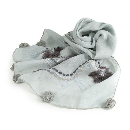 SCIARPA LISETTA GRIGIA  -  Sciarpa in lino nei toni del grigio, con inserti di paillettes, tulle e fiori in rilievo in tessuto chiffon.  Dimensioni: 190x60 cm.
