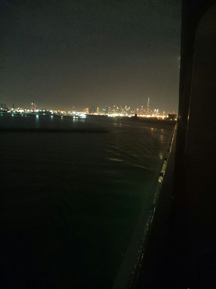 Dubai di notte vista dalla nave