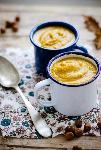 Zuppa di zucca arrostita e nocciole .
