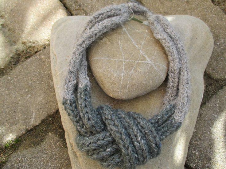 Collana di lana lavorata a maglia con nodo di diverso colore : Sciarpe, foulard, cravatte di nodini-di-cotone