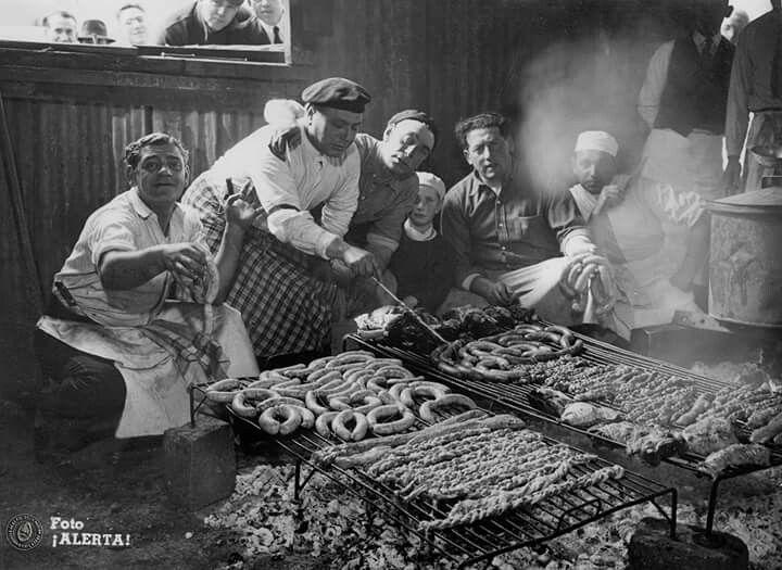 Asado criollo. Buenos Aires,1942. Documento Fotográfico. Inventario 330443.
