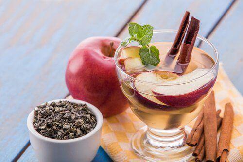 la bibita detox con mela e cannellaraggruppa importanti nutrienti che aiutano a pulire il tubo digerente