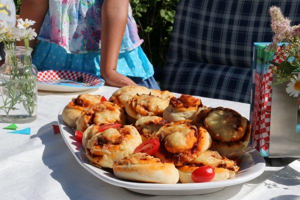 """Da vi feiret Mathias' 6 årsdag tidligere i juni hadde den lille jubilanten bestilt pizzasnurrer, eller """"pizzapropeller"""" som vi kalte det siden """"Fly"""" var temaet for fødselsdagsselskapet. Pizzasnurrene, som denne gangen ble fylt meg en kjøttsaus, er ypperlig å servere i barneselskap, men er også kjempegod turmat eller helgekos."""