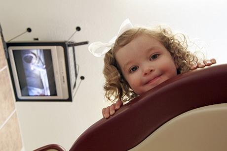 Badanie pantomografem u dzieci jeśli zachodzi taka potrzeba jest jak najbardziej wskazane. Nie ma określonego wieku od którego można rozpocząć wykonywanie zdjęć. Jeśli tylko dziecko wykazuje chęć współpracy, można użyć pantomografu. Więcej informacji na naszej stronie: http://www.martomedica.pl/radiologia