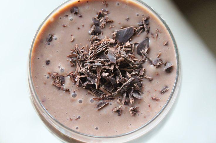 CZEKOLADOWY KOKTAJL 300 ml maślanki, 2 łyżki kakao, 7 brzoskwiń ufo lub 3-4 normalne, 1 banan, wszystko zmiksować i posypać gorzką czekoladą