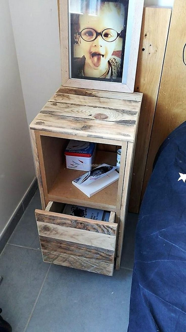 Now here is an idea of creating a separate repurposed wood pallet side table, it contains a drawer and some space without the door to place the books or other items which a person requires atnight time like the lotion or books which he/she likes to read during the night time to relax.