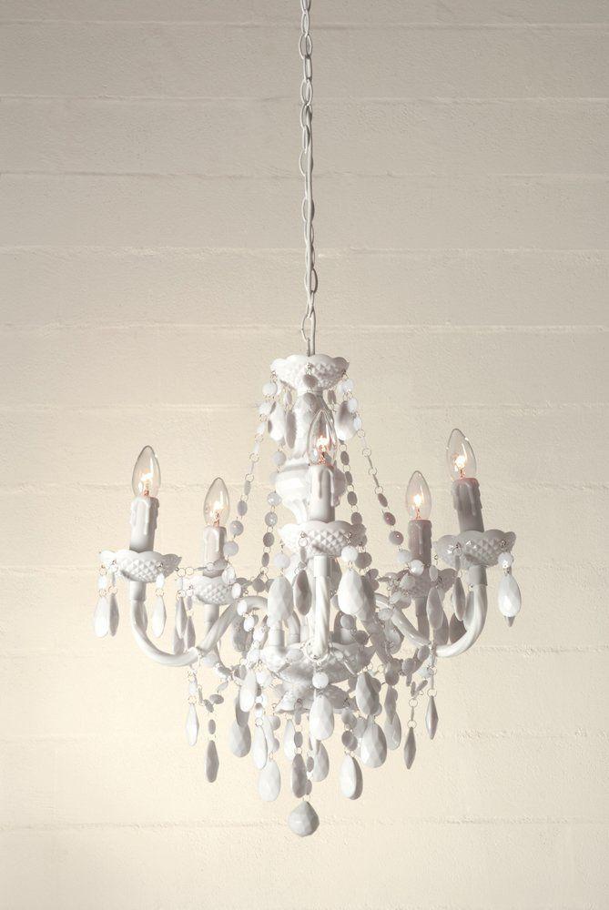anche in bagno un lampadario on gocce di cristallo, questo è in plexiglass bianco di Tomasucci