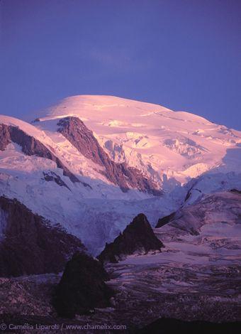 Au pied du Mont-Blanc, dans un site naturel exceptionnel, venez découvrir une station de ski qui depuis deux siècles n'a cessé de fasciner les visiteurs.  Une longue tradition d'accueil, un domaine skiable hors normes, de nombreuses activités sportives et culturelles, une vie locale forte et intense ainsi qu'un environnement préservé font de Chamonix Mont-Blanc un lieu de villégiature idéal pour tous.