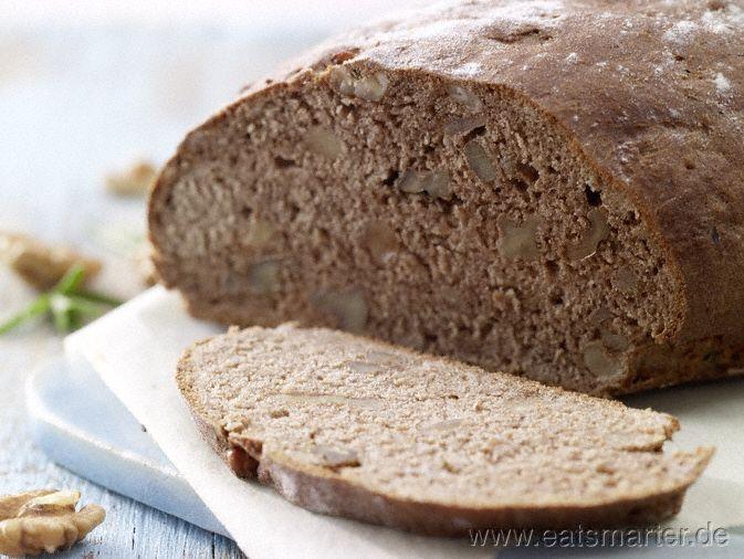 Walnussbrot - smarter - mit Rosmarin.  Kalorien: 174 kcal | Zeit: 30 min.  #brot #rezepte #bread #recipes