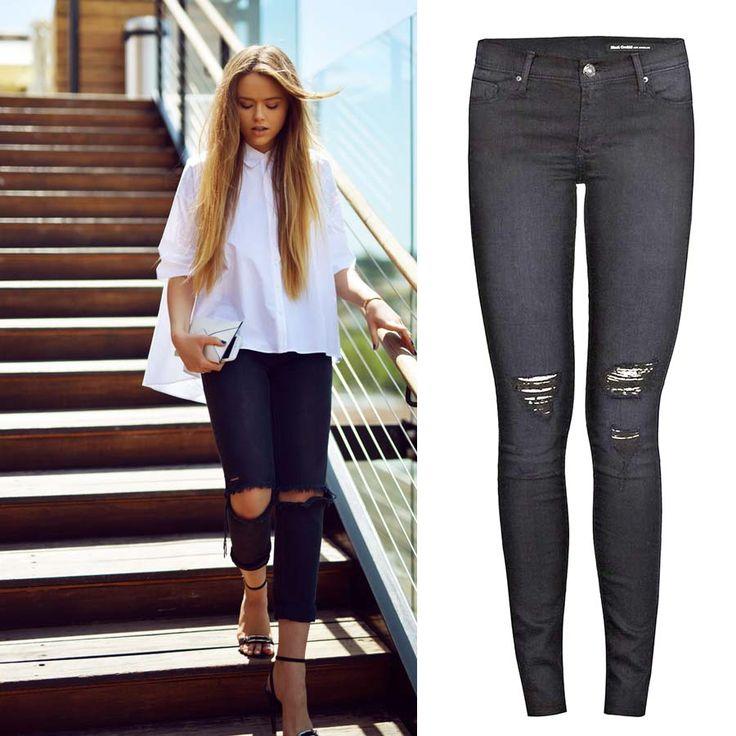 Кристина предпочитает элегантный стиль. И даже рваные джинсы на ней смотрятся изысканно, что в очередной раз доказывает универсальность джинсов. Подобрать себе эти черные джинсы Black Orchid, а также многие другие модные джинсы вы сможете в JiST или на jist.ua.