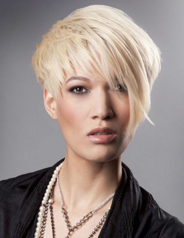 coiffure femme frange, cheveux effilés blonds, yeux marrons