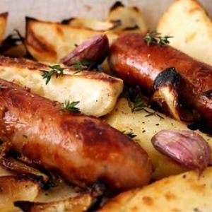 Reteta de mancare Craciun 2012 - Carnati Prajiti la Cuptor cu Cartofi  Vin sarbatorile si incepem sa ne gandim la preparatele pentru masa de Craciun.