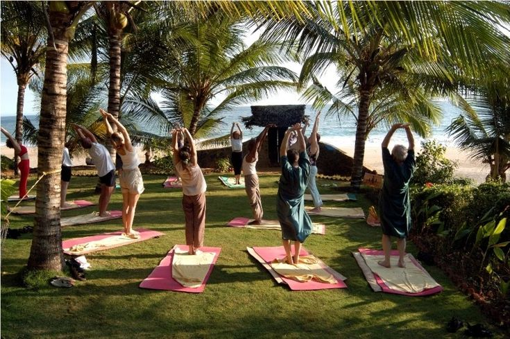 Séance de yoga en plein air au Manaltheeram Ayurveda Beach Village - Kerala, Inde