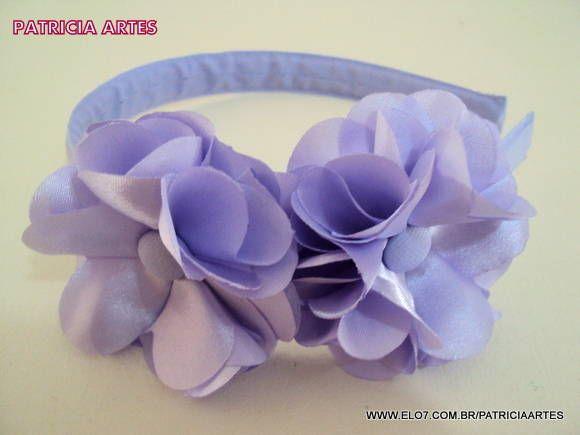 Tiara forrada com tecido. Flores de cetim. Cada flor mede aproximadamente 6 cm. Serve em adultos e crianças acima de 2 anos.  IMPORTANTE!!! LEIA AS POLÍTICAS DA LOJA ANTES DE ENVIAR SEU PEDIDO. R$ 12,90