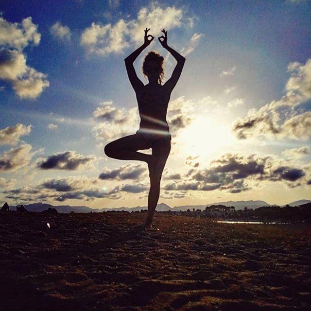 #Repost @estela_gutierrez_gomez (@get_repost) ・・・ #cambrils #sunset #balance #treepose #yogaaddict