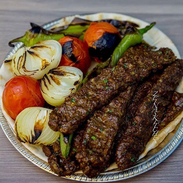 """Nu tänker ni """"Men se där.... Zeina har gjort kebab igen""""😁 Grejen är att detta är inte vilken kebab som helst. Det är persisk kebab koobideh..... och den är vegansk😳 Saftig kebab utan kött🙈 Crazy va! Gissa om min man som inte äter kött var lycklig idag. Kebaben är gjord på Anammas formbara färs😍 Recept med steg för steg bilder hittar du i länken i min profil➡@zeinaskitchen ***EDIT*** Färsen finns i de flesta mataffärer i frysdisken. Bild på paketet finns i receptet"""