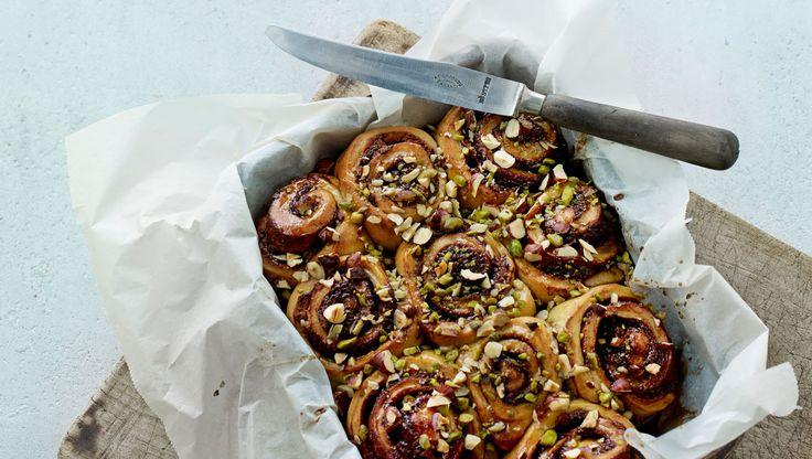 Lækre og dekorative snegle drysset med nødder og sød topping