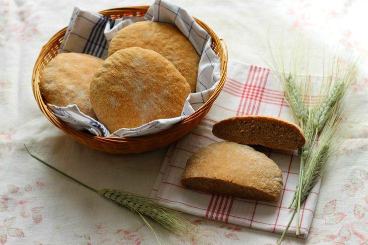 Il pane tirolese è un prodotto da forno realizzato con segale, farro, farina di tipo 1 e semi di sesamo e coriandolo: ecco la nostra ricetta.