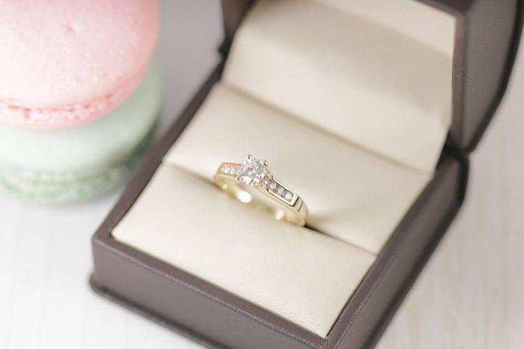 Anillos de compromiso fabricado en oro rosa con diamantes laterales.
