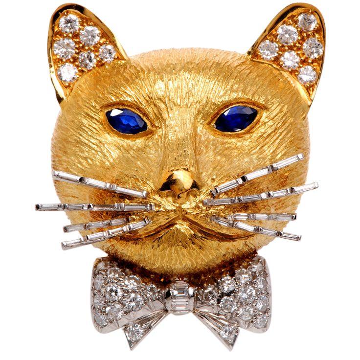 Английский Алмаз Сапфир Золотой Cat Брошь  желтого золота 18 карат,  34 подлинных бриллиантов круглой огранки  ( 2.25 карата, цвет GH, VS ясность),   30 подлинных бриллианты багетной огранки   2.50ct, цвет FG, В.С. ясность)  Глаза - 2 голубых сапфира огранки маркиза  1.00 ct. Его усы покрыты все с алмазной 30 тонкого алмазного багет ок. 0.0.45cts   подписана и пронумерована