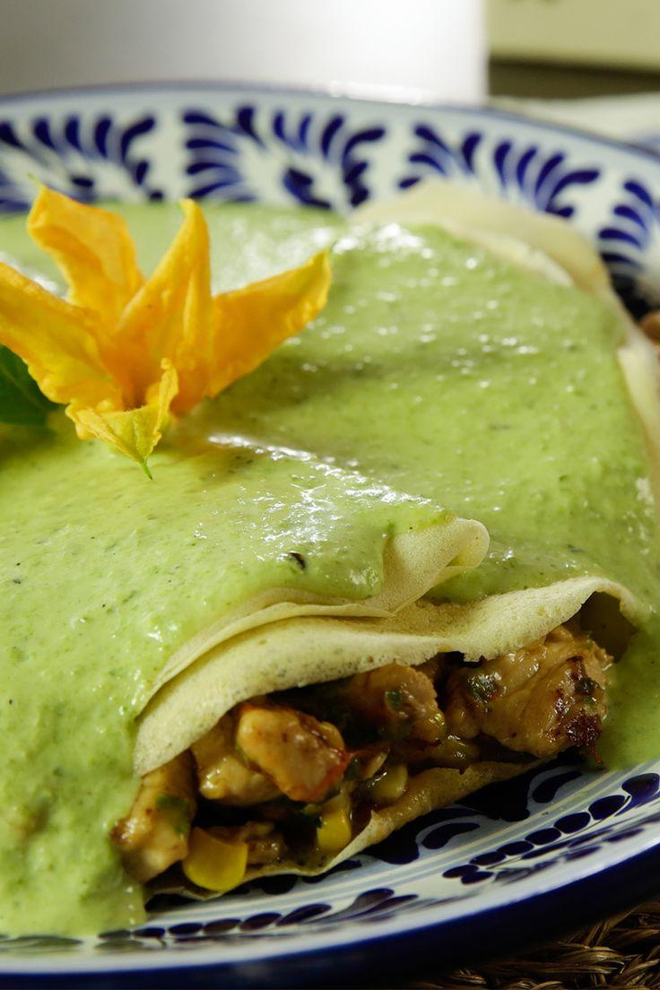 Te presentamos un platillo típico del estado de Puebla en México. Las crepas poblanas es una receta fácil de preparar, donde el pavo, la flor de calabaza, el elote y la calabaza son los ingredientes principales. Atrévete a prepararlas y verás lo fácil y sabrosas que son.