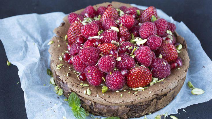 En saftig og god sjokoladekake laget på mørk sjokolade. Det blir ekstra godt hvis du pynter kaken med friske og syrlige bringebær.