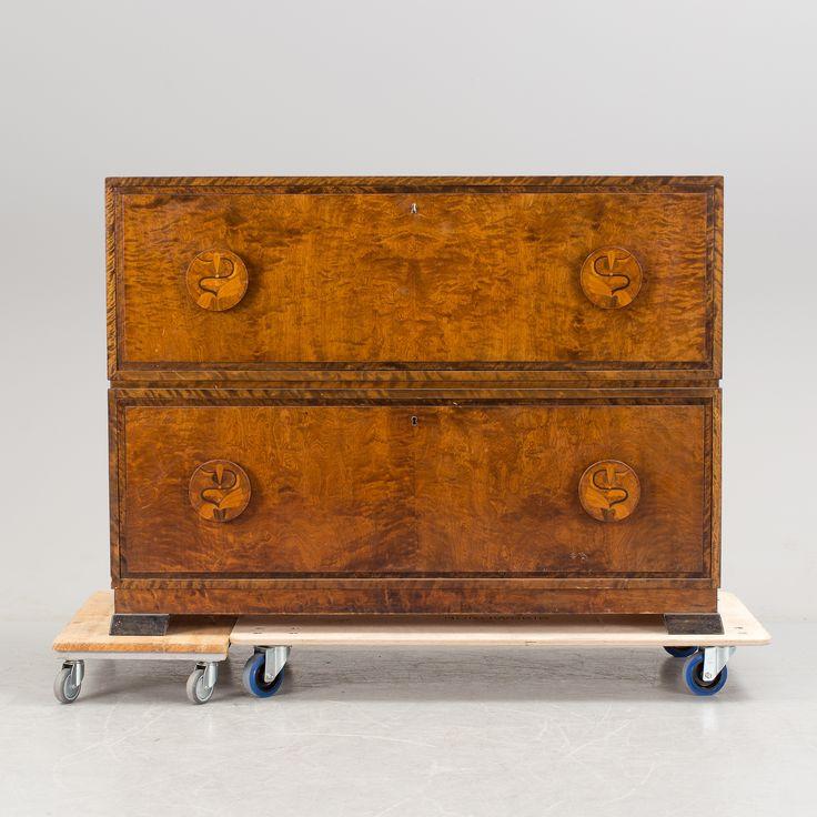 OTTO SCHULZ Möjligen, byrå, 1930-tal. Björk. Betsad. Längd 135 cm. Bredd 50 cm. Höjd 102 cm. Två lådor. Intarsia i handtagen. Nyckel finns.