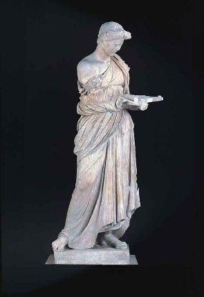 Fanciulla di Anzio - seconda metà del III secolo a .C. - attribuita alla cerchia dei figli di Prassitele - Marmo - Ritrovata ad Anzio, tra le rovine della Villa di Nerone - Roma, Museo Nazionale Romano. Rappresenta una fanciulla, vestita con un chitone, con la mano sinistra regge una tavoletta su cui porta le offerte. Doveva essere una sacerdotessa o un personaggio connesso alle cerimonie religiose. L'abito si distribuisce liberamente sul corpo della ragazza,ciò era tipico dell'arte…