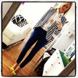 Cute look for her! This would be super cute on me in my own quirky version. Black skinnies, black and white stripes, and crazy cute heels (not yellow. haha)