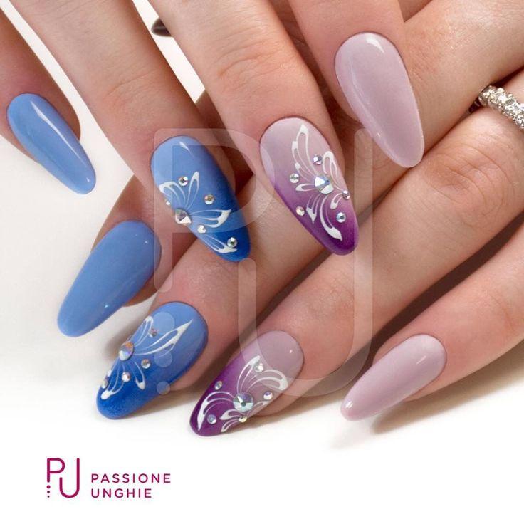 #Fiori e #Swarovski con #sfumature.  #Blueberry #DarkBlue #PourpreNoir #Mystic  #Cristalli #Crystal #AuroreBoreale  #NaturalBuilder #PinkyBuilder #nuovaformulazione  #nails #nail #geluv #decorazioni #nailart   #pennellodecorazione #pennellosuperfine #flowers   #uñasdecoradas #uñas  #passioneunghieofficial