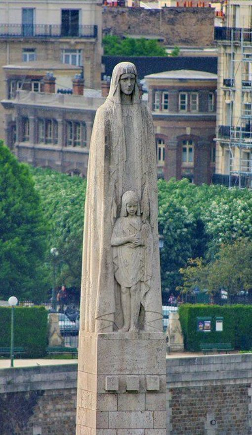 Paris, la statue de Sainte-Geneviève sur le Pont de La Tournelle, le square de l'Île de France dans l'Île de la Cité