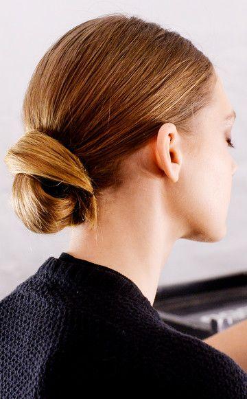 Der tiefe Dutt  Wirkt superschick und muss perfekt gestylt sein: Der Nacken-Dutt à la Grace Kelly. Dafür die Haare erst zu einem tiefen Pferdeschwanz binden, dann mit viel Glanzspray einsprühen. So wirken die Haare glatter und super gepflegt wie hier bei der Show von Dennis Basso. Nun in einer großen Welle den Dutt einwickeln und mit Haarnadeln fixieren.