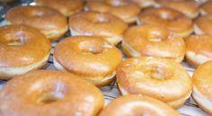 Estos deliciosos dulces que comen los policías de las películas y el famoso Homero Simpson vienen en muchas formas: algunas están glaseadas con varios colores y confites, otras están rellenas de mermeladas o natillas. Las tres clases de donuts son: el tipo pastel, las leudadas (fermentadas con levadura) y las tradicionales. Hagamos las donas americanas: