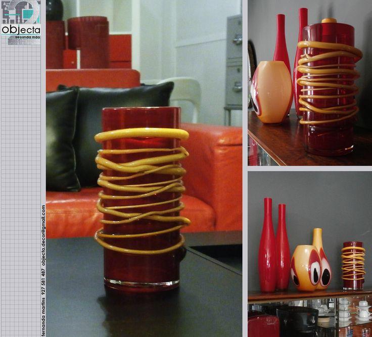 JARRA de vidro vermelho e com aplicações em vidro vermelho e amarelo....muito bonita, sózinha ou em conjunto com outras peças.....