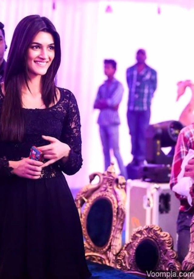 Kriti Sanon looks beautiful in this candid photograph clicked on the movie sets in Hyderabad. via Voompla.com