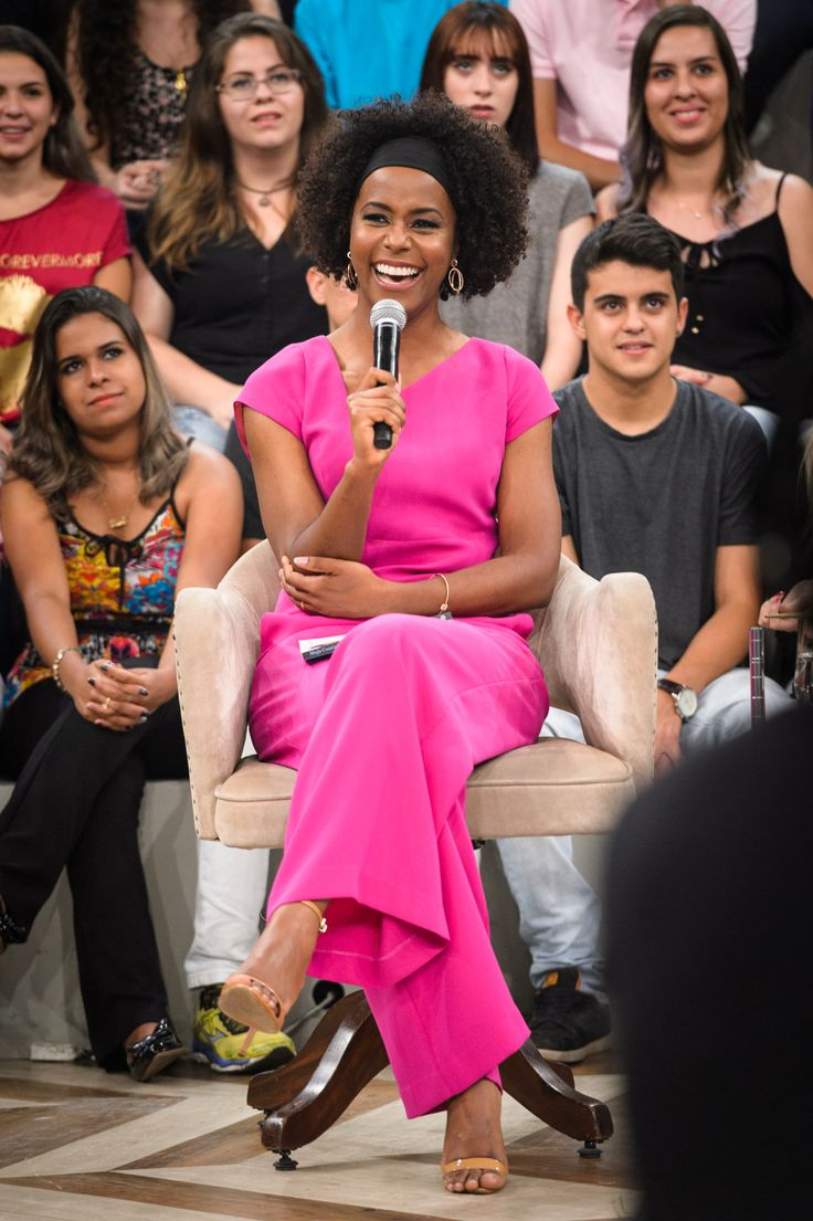 Pink! Quem viu o #AltasHoras com certeza reparou na beleza dessa mulher. E o que foi esse macacão rosa choque!? É O PODER!! Maju, você arrasa! #queremos