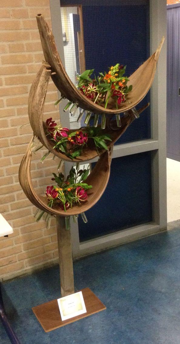 Vrijstaand object gemaakt met Coco palm blad. Voor expositie.