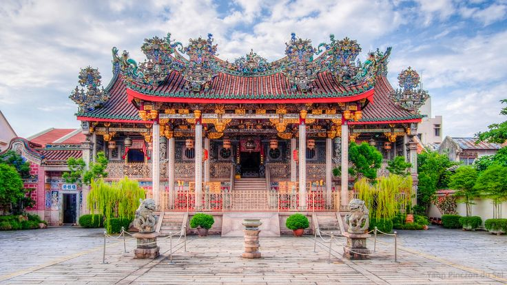 https://flic.kr/p/vyNbp7 | Khoo Kongsi | The Khoo Kongsi is a large Chinese clanhouse with elaborate and highly ornamented architecture, a mark of the dominant presence of the Chinese in Penang, Malaysia. The famous Khoo Kongsi is the grandest clan temple in the country.