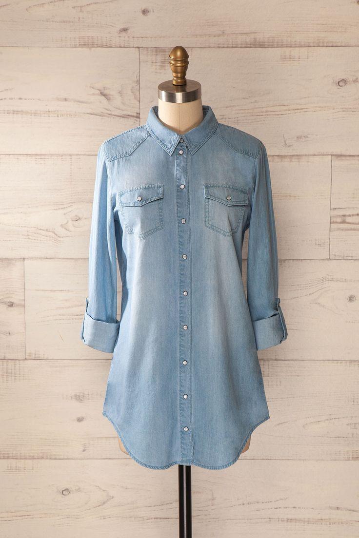 Du centre-ville à la campagne la plus éloignée, la tunique de denim est un essentiel du garde-robe.  From downtown to the most remote countryside, the jean tunic is a wardrobe essential.