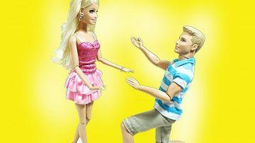 Барби мультик  Барби выбирает покупает Свадебное платье  В свадебном салоне  Видео с куклами для дев http://video-kid.com/9317-barbi-multik-barbi-vybiraet-pokupaet-svadebnoe-plate-v-svadebnom-salone-video-s-kuklami-dlja-de.html  Кен делает Барби предложение руки и сердца. Кен хочет женится на Барби. Барби выбирает (покупает,примеряет) свадебное платье в свадебном салоне. Подруги радуются за Барби. Ракель бесится и хочет помешать счастью, Барби.