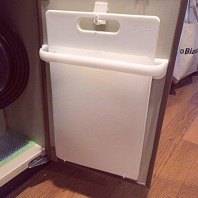 キッチンで毎日使うまな板は、どのように収納していますか?洗って乾くまでに時間がかかるので、できれば収納しながら衛生面を保てる方法がベストですよね。RoomClipユーザーさんは、生活感を抑えつつ、機能的な定位置を作っていました。空間やデッドスペースを上手く利用して、最適なアイデアを見つけてくださいね。