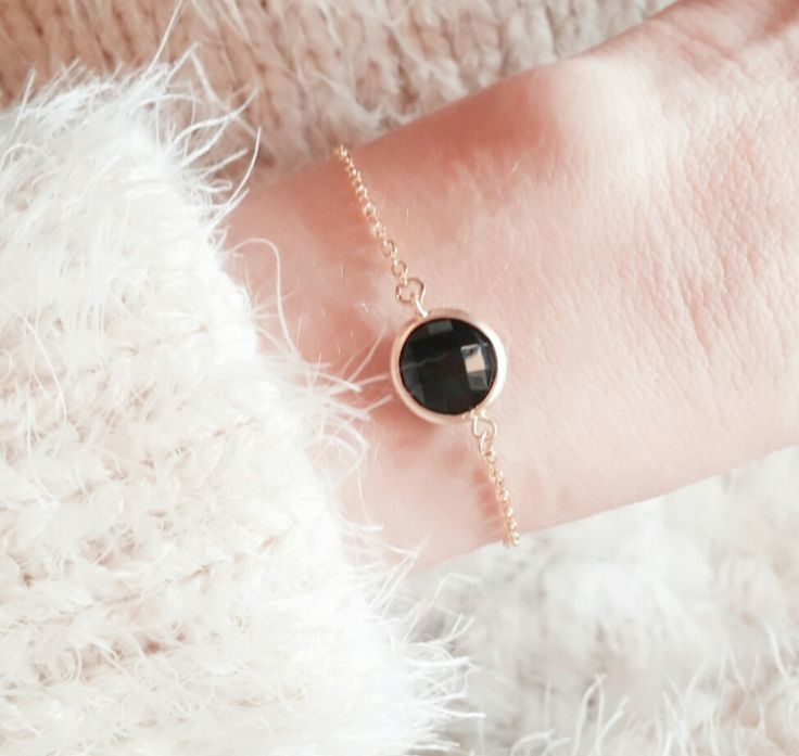 Bracelet en métal plaqué or 14k orné d'un pendentif Jade noir. Un bracelet créateur tendance à porter tous les jours. Bracelet réglable convient à tous les poignets. Le pendentif Jade mesure 1.5 cm.  Emballage cadeau offert