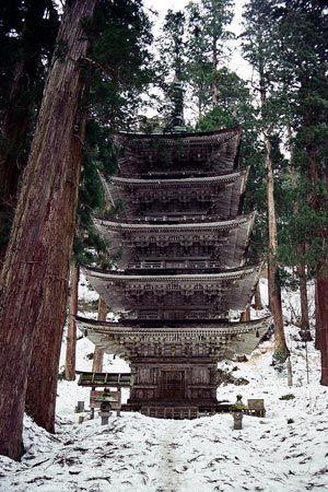 杉林の中に建つその姿は、圧倒的な存在感。春はそこまで、雪の残るこの季節に訪れる人もない。1999/3 羽黒山 五重塔(山形県)© 2010 風旅記(M.M.) 風旅記以外への転載はできません...